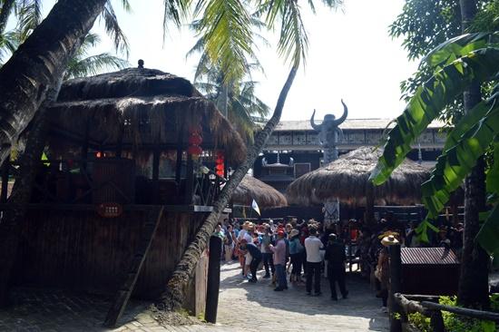 Mỗi ngày làng đón hàng nghìn lượt khách ghé tham quan