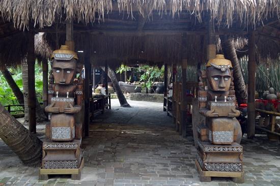 ... hay nghệ thuật điêu khắc gỗ trưởng cổng ngôi nhà.