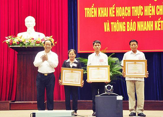 Chủ tịch UBND tỉnh Đinh Văn Thu trao Bằng khen của Thủ tướng Chính phủ cho các cá nhân có thành tích xuất sắc trong 5 năm thực hiện Chỉ chị 03-CT/TW. Ảnh: NG.ĐOAN