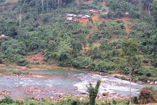 Dòng chảy sông suối tại Nam Trà My suy kiệt vào mùa khô. Ảnh: H.Liên