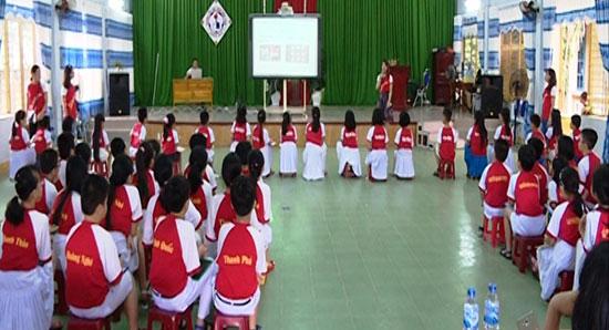 Một buổi sinh hoạt ngoại khóa tiếng Anh tại Trường Tiểu học Trần Quốc Toản (phường An Xuân, Tam Kỳ). Ảnh: C.L