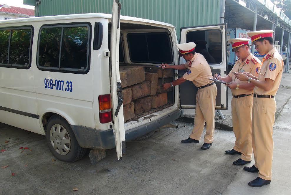 CSGT kiểm tra gỗ trên xe