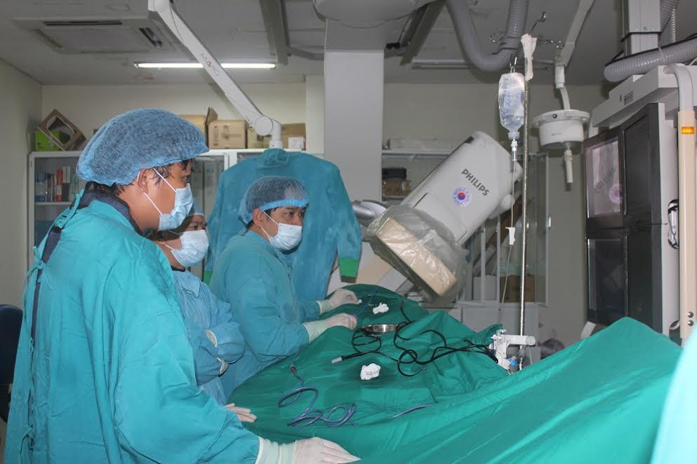 Thực hiện cắt đốt điện bằng sóng cao tần cho các bệnh nhân tại khoa Cấp cứu – Can thiệp tim mạch, Bệnh viện Đa khoa Trung ương Quảng Nam. (Ảnh do bệnh viện cung cấp)