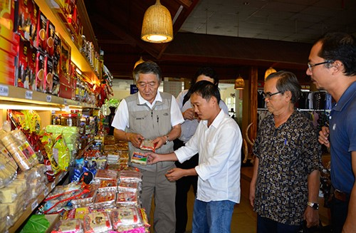 JICA delegation at Farmers' Store in Binh An rest stop.