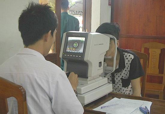 Đo thị lực kiểm tra mắt cho thanh niên nếu phát hiện thanh niên có biểu hiện bệnh lý về mắt sau khi khám thủ công. Ảnh: LÊ HIỀN