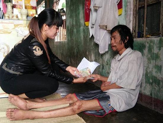 Nhờ sự ủng hộ của các mạnh thường quân mà gia đình ông Quang, bà Cúc mới có thể lo đám tang và xây mộ cho con trai thứ. Ảnh: T.S