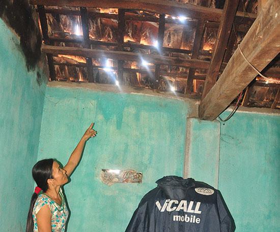 Mái ngói nhà ở của hộ ông Nguyễn Hạnh bị xê dịch, chực rơi do việc thi công dự án đường cao tốc trong thời gian vừa qua. Ảnh: H.G