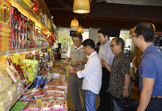 Các mặt hàng bánh kẹo được bày bán ở cửa hàng trong Trạm dừng nghỉ Bình An. Ảnh: XUÂN THỌ