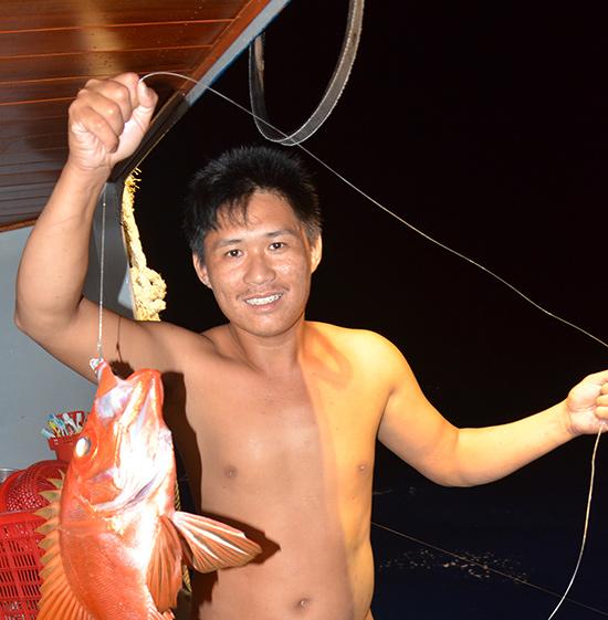 Ngư dân Phan Tú thả câu xuống độ sâu 160m, giật lên được con cá bả trầu rất to, đẹp, thịt thơm ngon và có giá thành đắt đỏ.