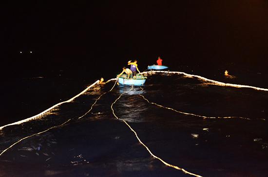 Đánh lưới ở Hoàng Sa, khi trời nổi gió thì các ngư dân tranh thủ kéo lưới và chuẩn bị câu. Vì biển càng nhấp nhô sóng thì mực và cá câu càng nổi nhiều lên mặt nước.