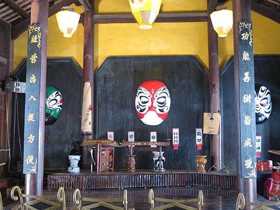 Một sân khấu biểu diễn nghệ thuật truyền thống đặt tại khuôn viên nhà cổ ở Hội An.