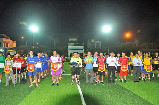Các đội bóng thôn, khối phố lần đầu tiên được thể hiện mình qua giải đấu toàn TP.Tam Kỳ. Ảnh: A.SẮC