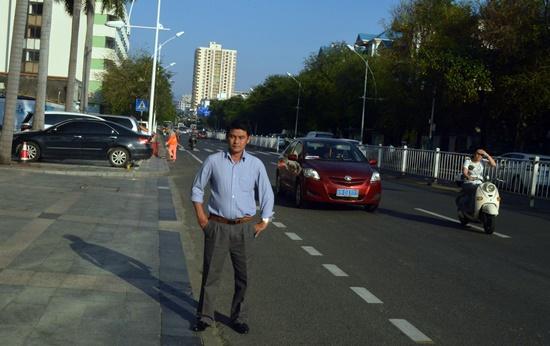 Đường phố ở Hải Nam chỉ có 2 loại phương tiện là ô tô và xe máy điện. Ảnh: V.L