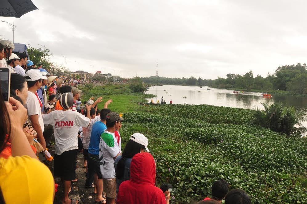 Đông đảo người dân trên địa bàn phường Tân Thạnh đến xem, cổ vũ cho các đội thuyền đua của Khối phố Đoan Trai.