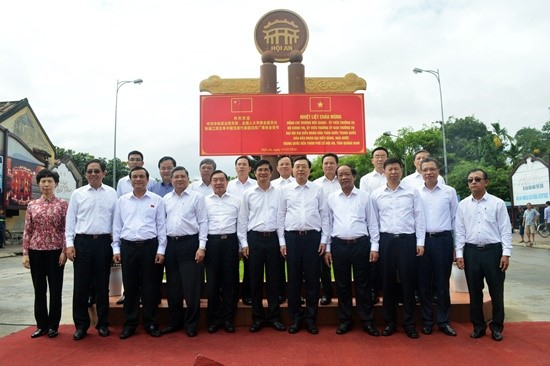 A souvenir photo of Quang Nam province's leaders and Chairman Zhang Dejiang