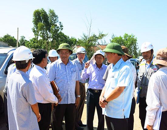 Tiếp cận đất đai, lao động, tính năng động… là những chỉ số đã được cải thiện đáng kể trong năng lực cạnh tranh cấp tỉnh của Quảng Nam năm 2015. TRONG ẢNH: Lãnh đạo tỉnh trao đổi với DN về công tác giải phóng mặt bằng. Ảnh: T.D