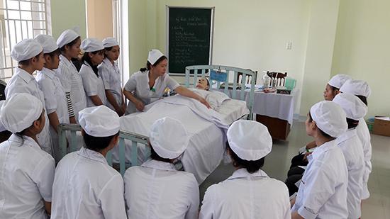 Những giờ học ở Trường Cao đẳng Y tế Quảng Nam đều rất thú vị bởi HSSV được trực tiếp thực hành trên các mô hình thực tế. Ảnh: N.D