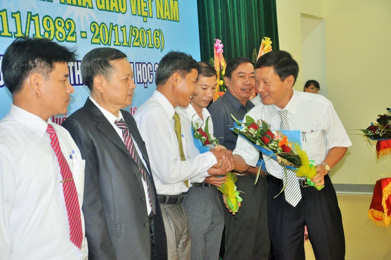 Các nhà giáo đạt thành tích xuất sắc trong năm học 2015-2016 được UBND tỉnh đề nghị Thủ tướng Chính phủ tặng bằng khen được Phó Chủ tịch UBND tỉnh Trần Đình Tùng tặng hoa chúc mừng
