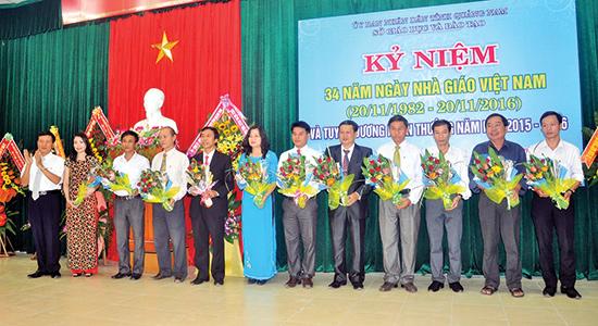 Lãnh đạo tỉnh tặng hoa cho các cá nhân, tập thể được đề nghị Thủ tướng Chính phủ tặng Bằng khen.  Ảnh: XUÂN PHÚ