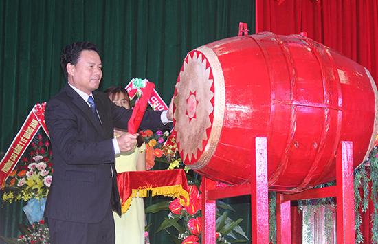 Phó Chủ tịch UBND tỉnh Lê Văn Thanh đánh trống khai giảng năm học mới 2016 - 2017.