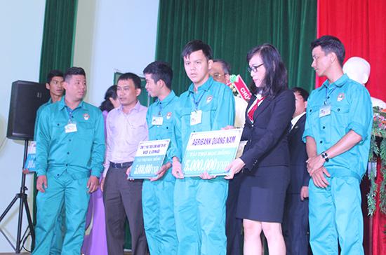 Học sinh nhận học bổng từ tài trợ của các doanh nghiệp.