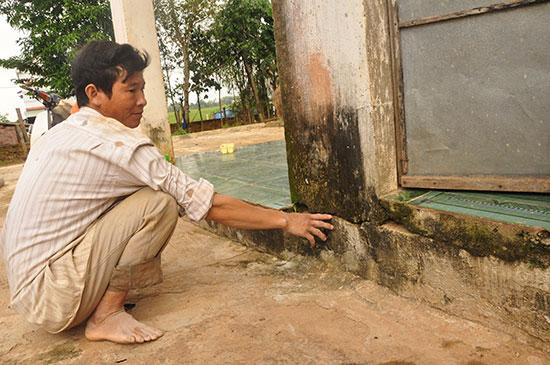 Ông Lê Ngọc Đạo chỉ một vết nứt móng nhà đã được đơn vị bảo hiểm đo đạc, xác định giá trị bồi thường.
