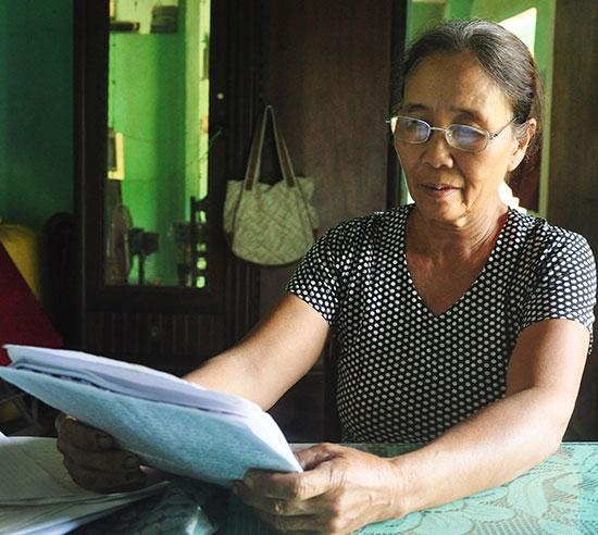 Không thống nhất với kết quả giải quyết tranh chấp đất của UBND xã Bình Quý, gia đình bà Nguyễn Thị Kỹ gửi đơn khiếu nại đến cấp cao hơn. Ảnh: H.G