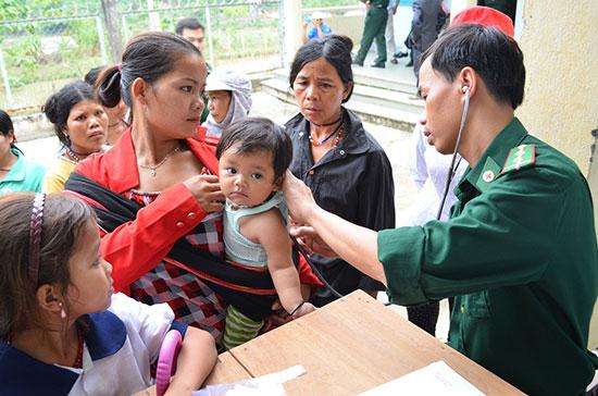 Trong những đợt khám chữa bệnh miễn phí cho đồng bào của các cơ sở y tế hay biên phòng tỉnh, chính những y tế thôn bản là người đi thông báo, vận động bà con đến để được khám chữa bệnh. Ảnh: DƯƠNG THƯ