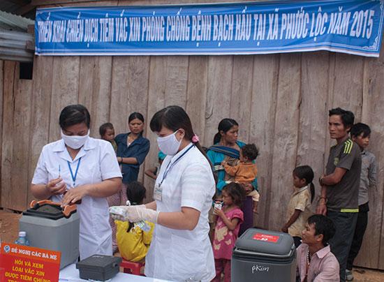 Trong đợt tiêm chủng phòng dịch bạch hầu ở Phước Sơn, những y tế thôn bản là người hoạt động năng nỗ nhất để vận động bà con đến tiêm chủng đầy đủ.Ảnh: DƯƠNG THƯ