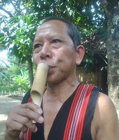 Ông Bh'ríu Thiện đang thổi crơtót.