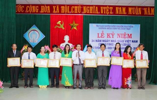 LĐLĐ tỉnh tặng bằng khen cho 4 tập thể và 6 cá nhân