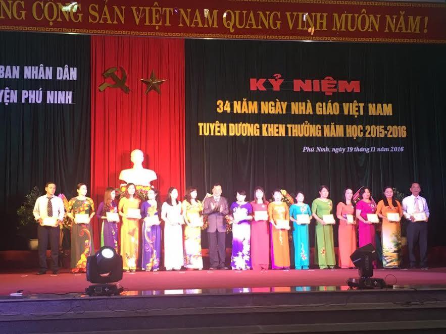 Ông Nguyễn Cảnh – Bí thư Huyện uỷ Phú Ninh trao Kỷ niệm chương vì sự nghiệp giáo dục của Bộ GD-ĐT.