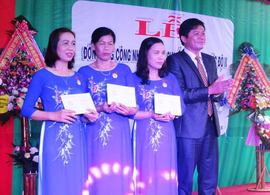"""Dịp này, 3 giáo viên của trường được nhận Kỷ niệm chương """"Vì sự nghiệp giáo dục""""."""