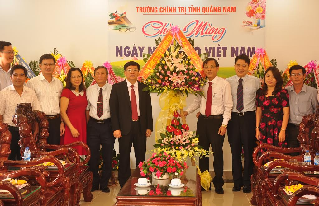 Trưởng ban Tuyên giáo Nguyễn Chín tặng hoa chúc mừng thầy cô giáo Trường Chính trị tỉnh nhân kỷ niệm 34 năm ngày Nhà giáo Việt Nam.  NGUYÊN ĐOAN