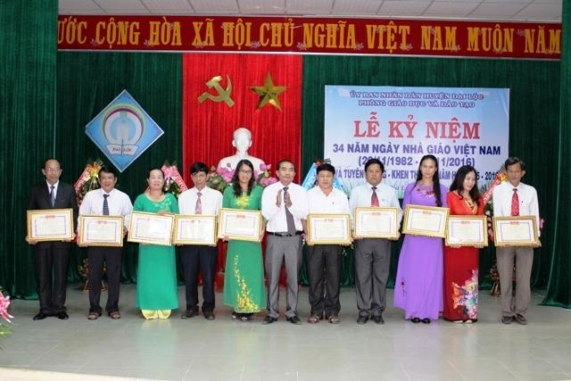 Lãnh đạo huyện trao tặng danh hiệu cao quý cho các cá nhân có thành tích xuất sắc trong dạy và học. Ảnh: H;.Liên