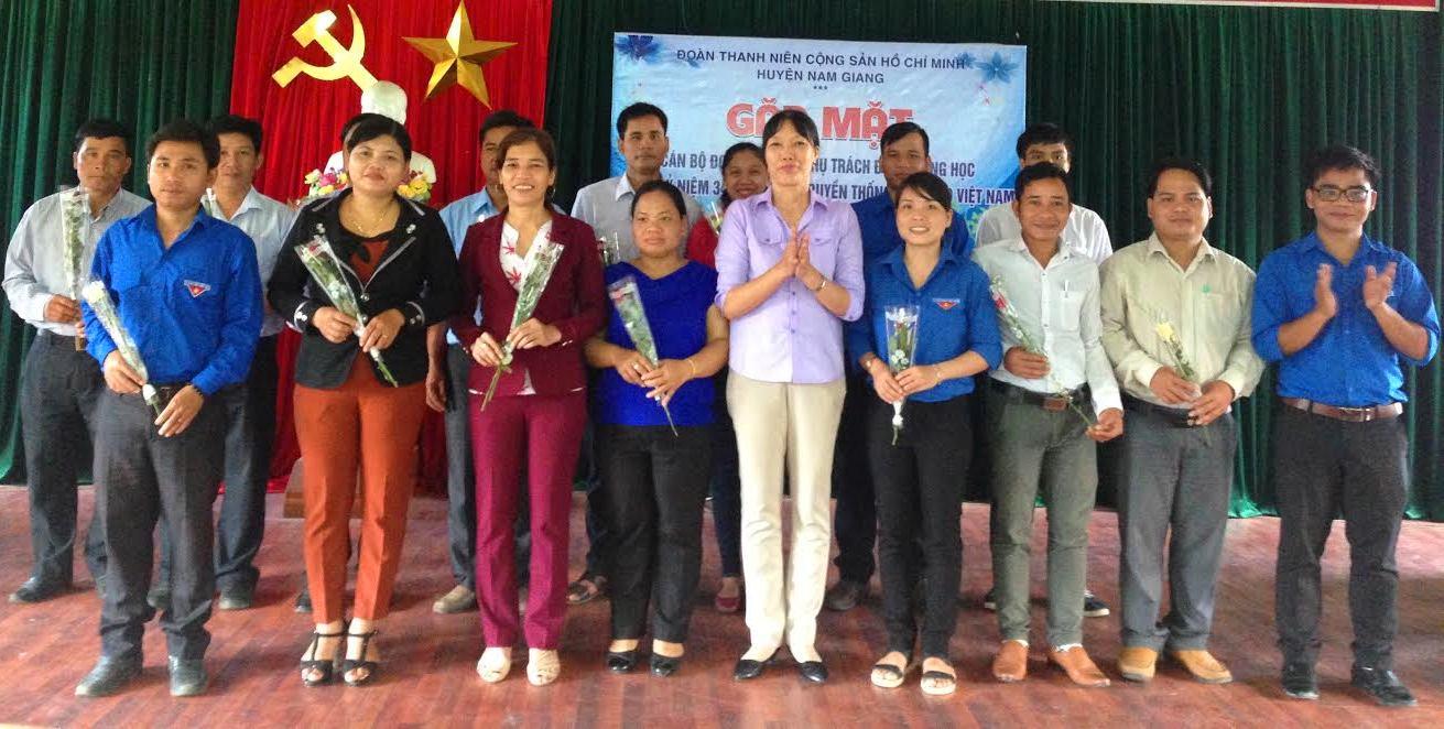 Huyện đoàn Nam Giang tặng hoa chúc mừng các thầy cô giáo.