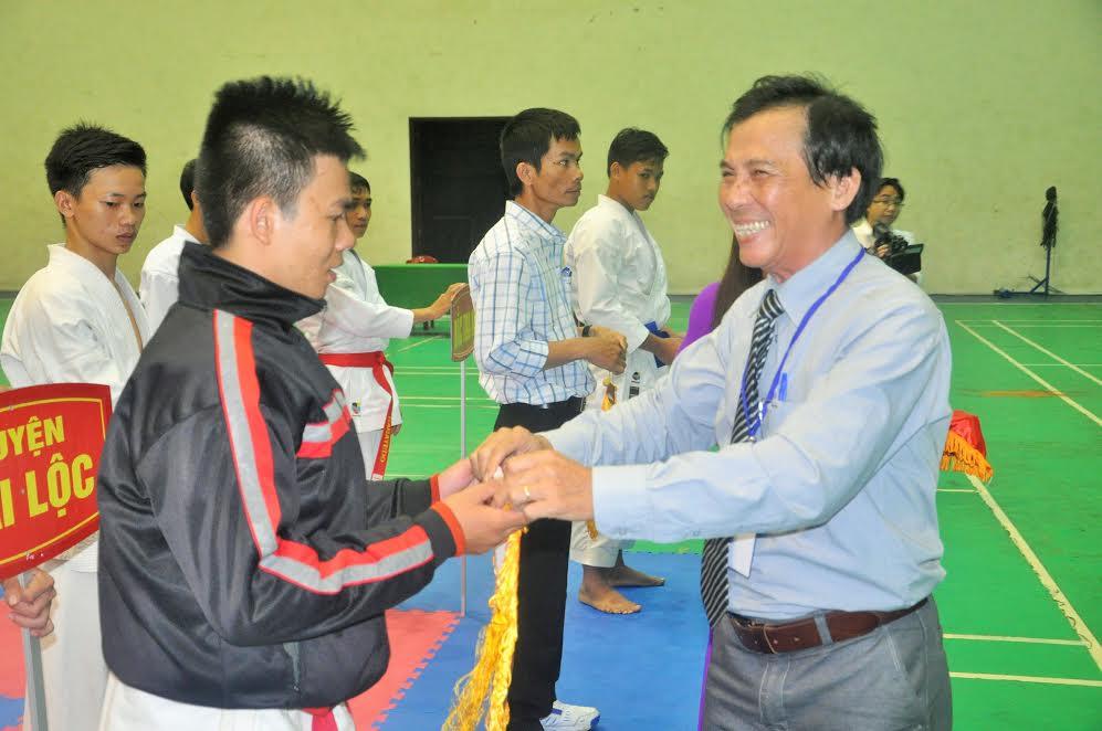 Phó Giám đốc Sở VH-TT&DL Hồ Tấn Cường tặng hoa động viên các đoàn
