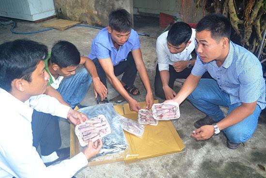 Các thành viên sáng lập HTX Thanh niên bên các sản phẩm hải sản Bình Minh.Ảnh:  V.QUANG