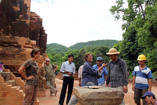 Các chuyên gia người Ý tham gia công tác bảo tồn di sản Mỹ Sơn. Ảnh: L.Q