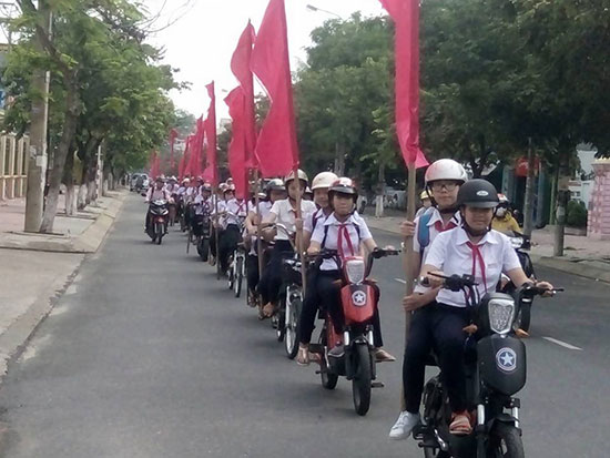 Học sinh Tam Kỳ diễu hành tuyên truyền Luật Giao thông đường bộ. Ảnh: Thúy Sương