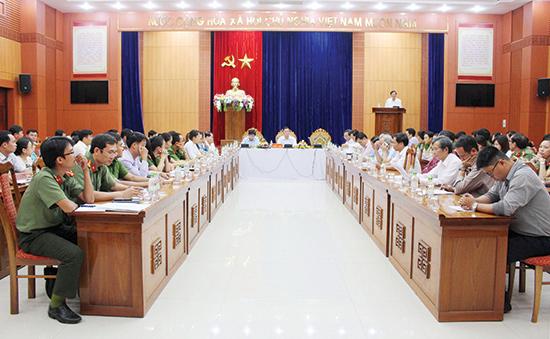 Lãnh đạo tỉnh gặp mặt đội ngũ cán bộ biệt phái đến Trung tâm Hành chính công và xúc tiến đầu tư tỉnh. Ảnh: VĂN HÀO