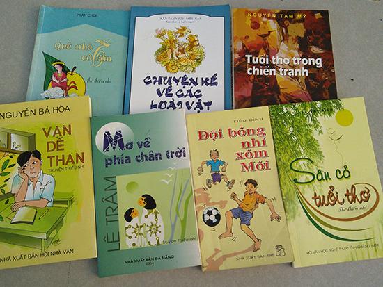 """Một số ấn phẩm dành cho thiếu nhi """"made in Quảng Nam"""" được xuất bản trong thời gian qua. Ảnh: B.A"""