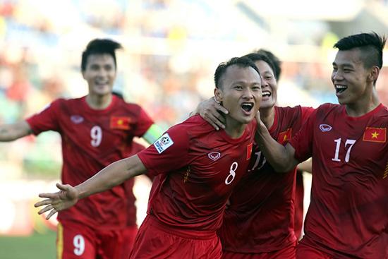 Niềm vui của Trọng Hoàng cùng các đồng đội sau khi ghi bàn vào lưới Malaysia. ảnh: Báo Tuổi Trẻ