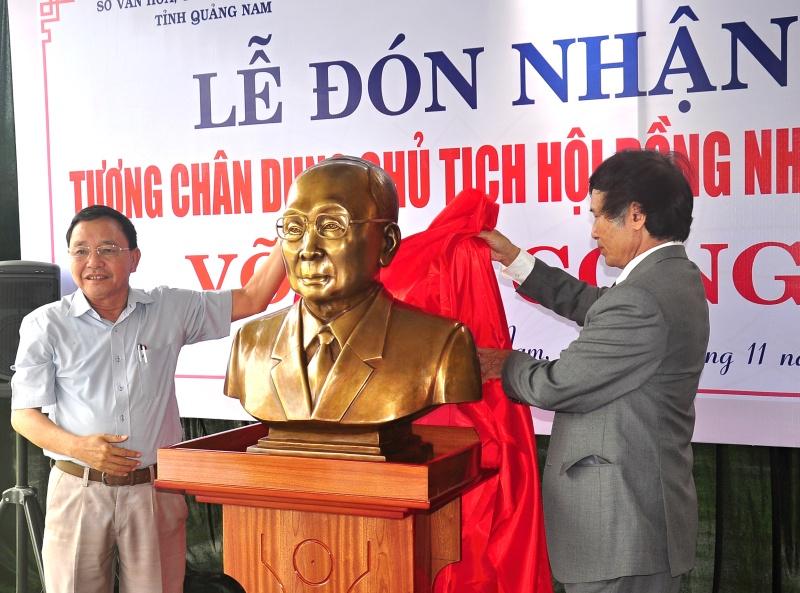 Đại diện Ban liên lạc Cựu cán bộ Ban Tuyên huấn Khu V bàn giao bức tượng cho Sở VHTT&DL tỉnh. Ảnh: VINH ANH