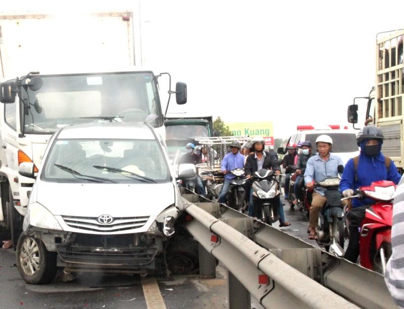 Chiếc xe ô tô 7 chỗ bị hư hỏng nặng do vụ tai nạn.