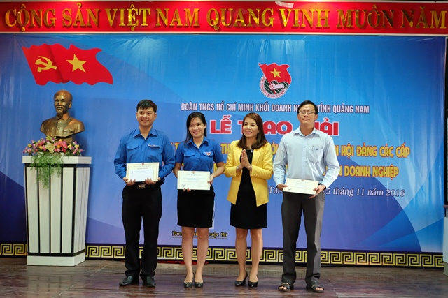 Bí thư Đảng ủy khối Doanh nghiệp Lưu Thị Bích Ngọc khen thưởng cho 3 tập thể tham gia tốt cuộc thi. Ảnh: MỸ LINH
