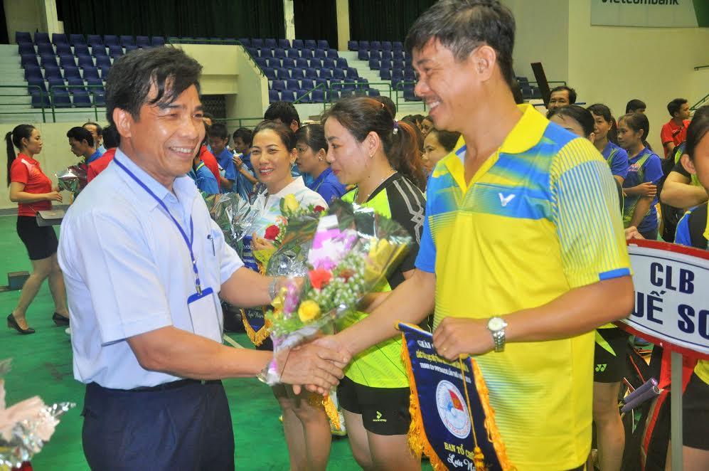 Ông Lê Văn Dũng tặng hoa động viên các đoàn tham gia giải