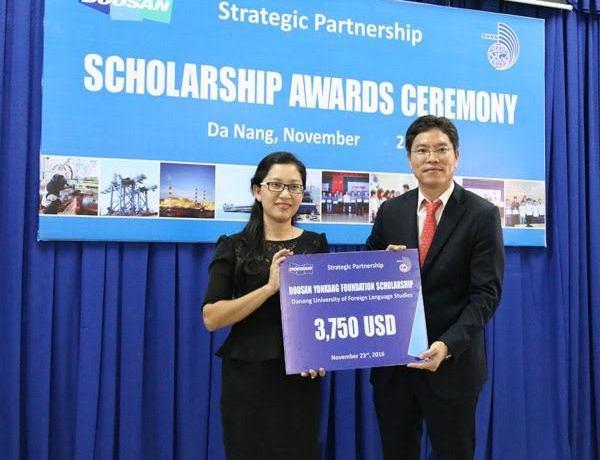 Trao biển tượng trưng trị giá học bổng cho Đại học Ngoại ngữ Đà Nẵng.