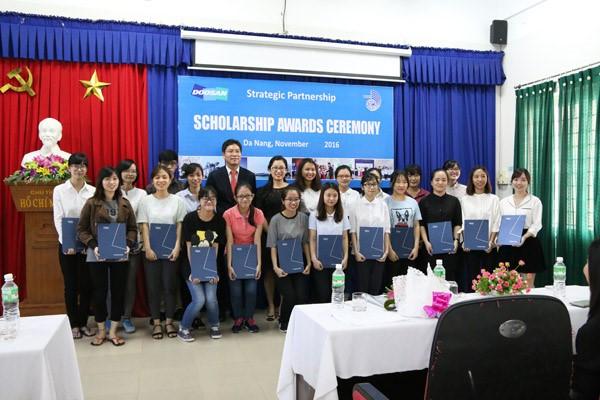 Chụp hình lưu niệm 20 sinh viên khoa tiếng Hàn xuất sắc được nhận học bổng.