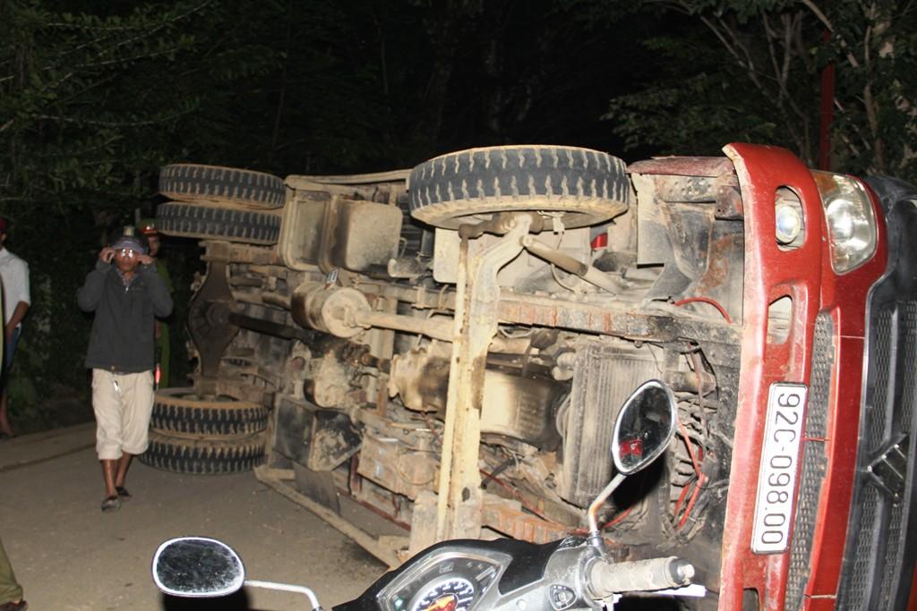 Chiếc xe tải chở keo bị lật nghiêng sau vụ tai nạn. Ảnh: C.N